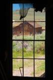 Ansicht durch Fenster im Bodie-Staats-historischen Park Lizenzfreie Stockfotografie