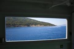 Ansicht durch Fenster zur Klippe Stockfotografie