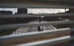 Ansicht durch Fensterläden Stockfotografie