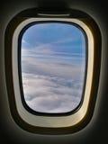 Ansicht durch Flugzeugfenster Stockfotografie