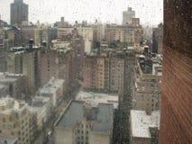 Ansicht durch Regentropfen auf Fenster Stockfotos