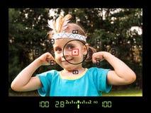 Ansicht durch Viewfinder während des Nehmens der Fotos des Kindes Lizenzfreies Stockbild
