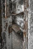 Ansicht in eine Verrottungszelle in einem verlassenen Gefängnis lizenzfreie stockfotos
