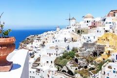 Ansicht in einem sonnigen Oia, Santorini, Griechenland lizenzfreies stockbild
