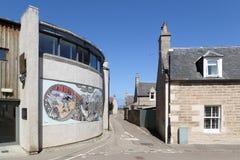 Ansicht an einem sonnigen Tag des kleinen Theaters u. der Steinhäuser, Fishertown, Nairn, Schottland, Großbritannien stockfotos