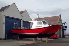 Ansicht an einem sonnigen Tag eines Fischerbootes außerhalb der Marinehallen, Lossiemouth, Moray, Schottland, Großbritannien stockfotografie