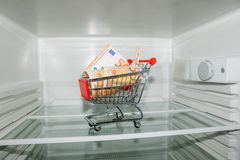 Ansicht in einen leeren Kühlschrank Lizenzfreies Stockfoto