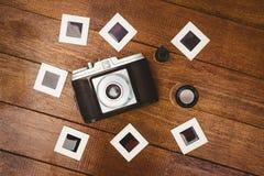 Ansicht einer alten Kamera mit Fotos schiebt Stockfotos