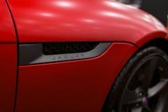 Ansicht einer Art 2018 Jaguars F 400 Sport-Kabriolettlogo Autoäußerdetails Lizenzfreies Stockbild