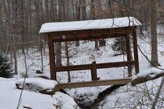 Ansicht einer Brücke mit einem Nebenfluss in der Winterzeit lizenzfreie stockfotos