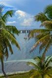 Ansicht einer Brücke und des bote zwischen Palmen Stockbilder