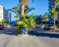 Ansicht einer Einbahnstraße in Torrevieja Spanien Stockfotografie