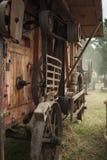 Ansicht einer historischen Dreschmaschine in Kraft beim Dreschen des Weizens Stockfotos