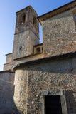Ansicht einer italienischen mittelalterlichen Kirche und seines Glockenturms Stockbilder