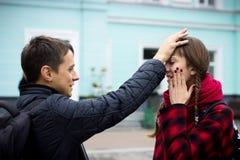 Ansicht einer jungen Studentenfrau, die Kopfschmerzen wegen des Druckes hat und Angst - brennen Sie in der Schule aus stockfoto