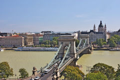 Ansicht einer Kettenbrücke und Str.-Stephens Basilika lizenzfreie stockfotografie