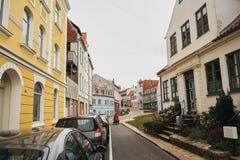 Ansicht einer kleinen dänischen Stadtstraße, die alte Stadt, ist Briefträger auf der Straße stockfoto