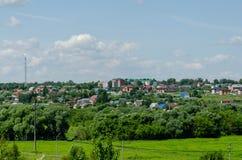 Ansicht einer Kleinstadt auf einem Hügel lizenzfreie stockfotografie