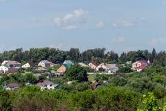 Ansicht einer Kleinstadt auf einem Hügel stockfoto