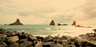 Ansicht einer Klippe nahe Catania in Sizilien in warmem Filter Acitrezza Stockbild