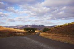 Ansicht einer leeren afrikanischen Straße stockfotos