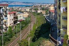 Ansicht einer Nachbarschaft mit Gebäuden und der Eisenbahn von Torre del Greco lizenzfreies stockbild