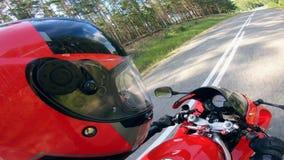 Ansicht einer Person, die ein rotes Fahrrad auf eine Straße reitet stock video