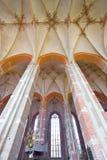 Ansicht an einer reichen verzierten Decke, eine enorme Kirche lizenzfreie stockfotos