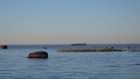 Ansicht einer ruhigen Bucht Frachtschiff verlässt Kanal stock footage