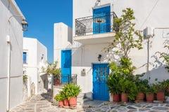 Ansicht einer schmalen Straße in der alten Stadt von Naoussa, Paros-Insel, die Kykladen stockfotos