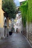 Ansicht einer schmalen Straße in Arco, Norditalien Stockbilder
