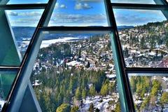 Ansicht einer schneebedeckten Landschaft über Oslo von der Spitze des Skispringen Turms Holmenkollbaken im Frühjahr von 2017 lizenzfreies stockfoto