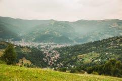 Ansicht einer Stadt unten in den Bergen Lizenzfreie Stockfotografie