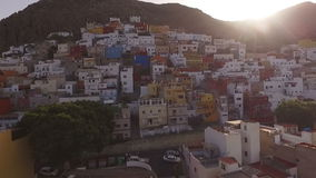 Ansicht einer Stadt von der Straße zum Himmel stock video footage
