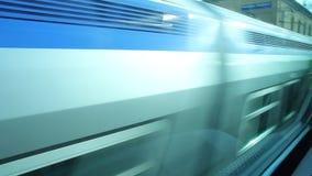 Ansicht einer Station von einem Fenster eines Zugs stock video footage