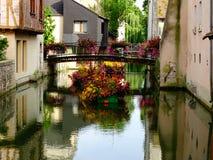 Ansicht einer Straße auf dem Wasser der historischen Mitte von Montargis in Frankreich Lizenzfreies Stockfoto