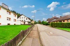 Ansicht einer Straße in einem deutschen Dorf Stockfotos