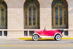 Ansicht einer Straße von altem Havana mit altem Weinlese Amerikanerauto stockfoto