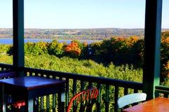 Ansicht einer Terrasse auf Bäumen mit Herbstfarben stockbilder