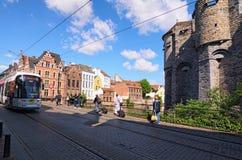 Ansicht einer Tram, die auf Eisenbahnen im alten Stadtteil Gent überschreitet Frühlingsmorgenansicht Stockfoto