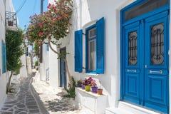 Ansicht einer typischen schmalen Stra?e in der alten Stadt von Naoussa, Paros-Insel, die Kykladen lizenzfreie stockfotos