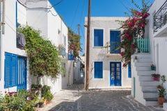 Ansicht einer typischen schmalen Stra?e in der alten Stadt von Naoussa, Paros-Insel, die Kykladen lizenzfreies stockfoto