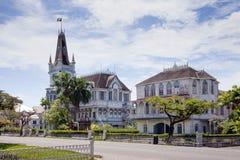 Ansicht eines alten hölzernen Gebäudes der gotischen Art mit einem Helm und Drehköpfen lizenzfreies stockfoto