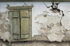 Ansicht eines alten Hauses mit Fensterladenfenster Stockfoto