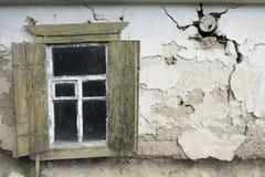 Ansicht eines alten Hauses mit offenem Fenster Lizenzfreie Stockfotos