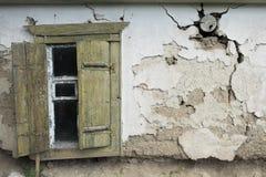 Ansicht eines alten Hauses mit offenem Fenster schließt auf dem links Fensterläden Stockbild