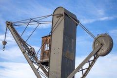 Ansicht eines alten industriellen Kranes im alten Hafen von Genua, Genua, Italien stockfotos