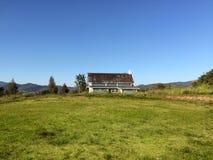 Ansicht eines Bauernhauses im Sommer Lizenzfreie Stockbilder