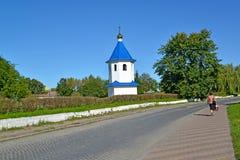 Ansicht eines belltower der Kirche zu Ehren einer Ikone der Mutter von Gott ` Zeichen ` im Sommer Stockfotografie