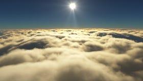 Ansicht eines bewölkten Sonnenaufgangs beim Fliegen über die Wolken Lizenzfreie Stockbilder